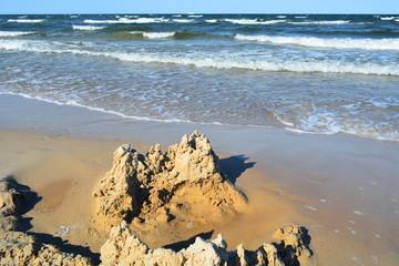 Sandburg auf der Insel Usedom im Wellengang an der Ostsee