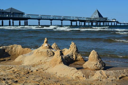 Sandburg und Seebrücke Heringsdorf auf der Insel Usedom an der Ostsee
