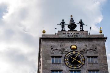 Krochhochhaus in Leipzig vor bewölktem Himmel
