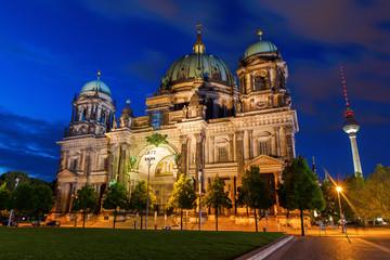 Papiers peints Pleine lune Berlin Cathedral at night