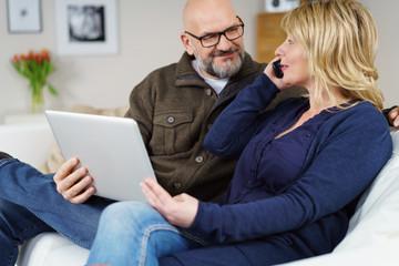 älteres paar mit tablet und telefon