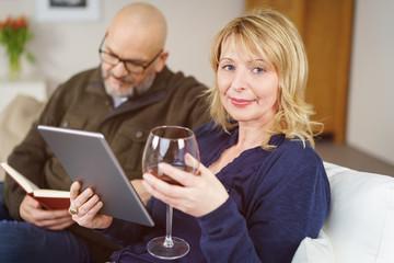 best-ager paar liest zuhause auf dem sofa und entspannt sich