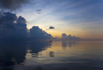 Maledivenpanorama am Abend mit Boot