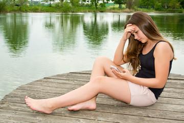Mädchen / Jugendliche ist traurig nach schlechter Nachricht