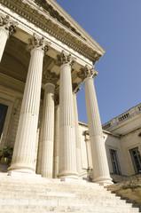 palais de justice avec des colonnes