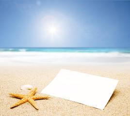 Leere Postkarte vor Sandstrand