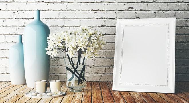 Cornice bianca su muro con vasi e fiori arredo