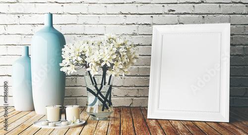 Cornice bianca su muro con vasi e fiori arredo immagini for Cornice bianca foto