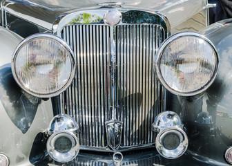Aluminium Prints Old cars avant de voiture ancienne, phares et chromes