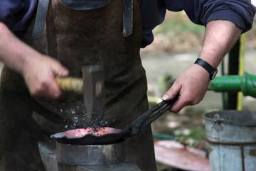 Schmied schmiedet heißes Eisen