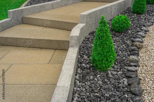 moderner vorgarten mit weg aus platten und stufen aus beton und palisaden aus granit. Black Bedroom Furniture Sets. Home Design Ideas