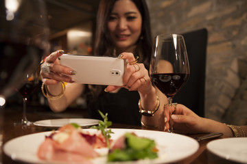 Young women have taken the appetizer photo of a smartphone
