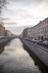 Вид канала и набережной с домами во время заката. Весна. Санкт-Петербург. Россия.