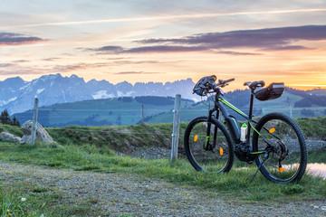 E Bike am Berg beim Sonnenaufgang