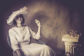 jeune femme à l'ancienne assise