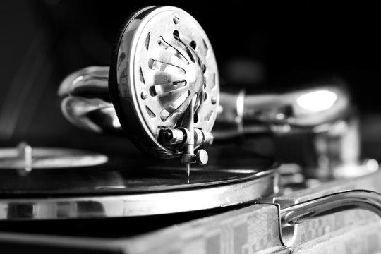 photo of an old gramophone with a plate