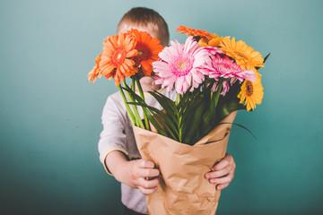 Süßer Junge schenkt Gerbera Blumenstrauß