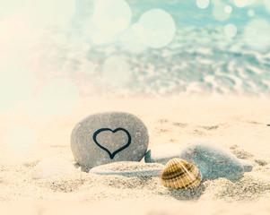 Wall Mural - corazon dibujado en una piedra en el mar