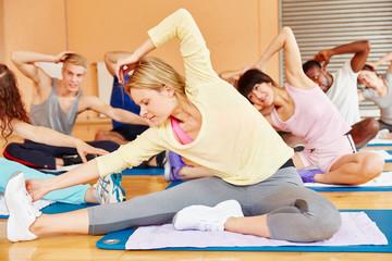 Gruppe macht Gymnastik Übung