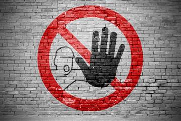 Ziegelsteinmauer mit Zutritt für Unbefugte verboten Graffiti