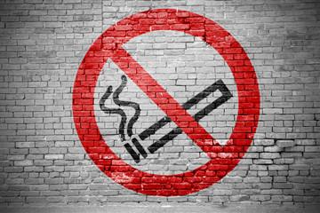 Ziegelsteinmauer mit Rauchen verboten Graffiti
