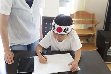 受験勉強をする幼稚園児 小学校受験 塾 母 汎用 合格はちまき 教える タブレットを横に