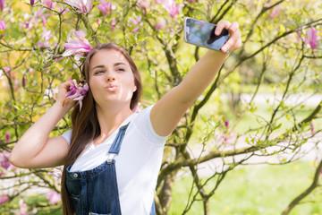 teenager macht ein selfie im frühling