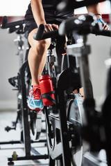 Ragazza allenamento in palestra spinning