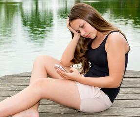 Mädchen / Jugendliche ist niedergeschlagen nach schlechter Nachricht