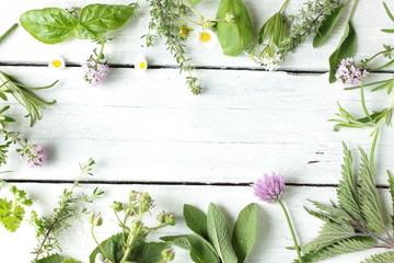 essbare Blüten Kräuter Wildkräuter Tisch Holz Top View