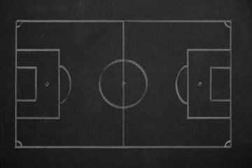Fußballfeld, das mit grüner Kreide auf einer dunklen Wandtafel als Draufsicht gezeichnet wurde