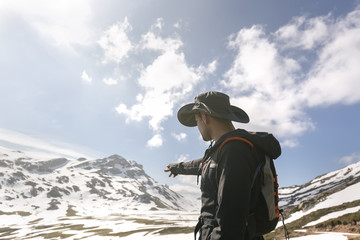 Spain, Asturias, Somiedo, man hiking in mountains pointing his finger
