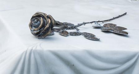 Rose aus Bronze auf weißem Marmor