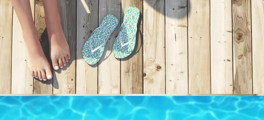 Piedi con infradito bordo piscina mare