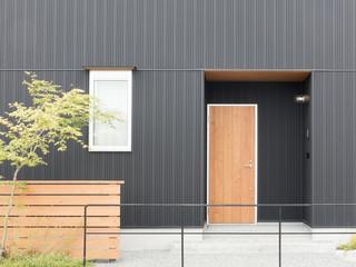 住宅 玄関 外構 植栽 エクステリア アプローチ モダンなサイディング デザイン住宅