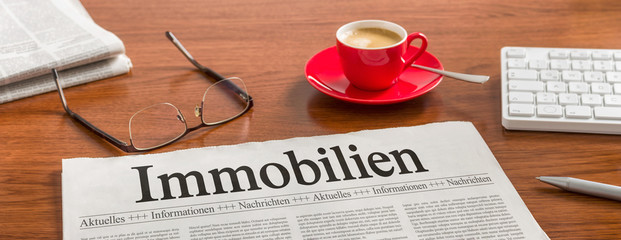 Zeitung auf Schreibtisch - Immobilien