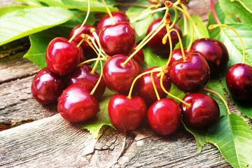 Cherries, Kirschen, Herzkirschen, dunkelrot, Blätter, Holz, Copyspace, frisch