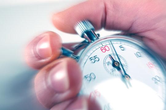 Détail main d'homme stoppant un chronomètre