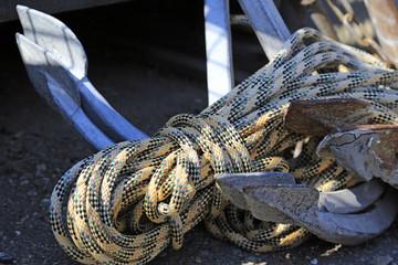 Schiff und Ausrüstung: alte Anker und Seil