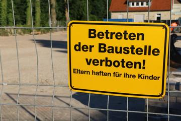 Baustellenschild an Zaun - Betreten der Baustelle verboten - Eltern haften für ihre Kinder