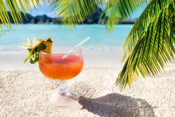 Fruchtcocktail am Strand in der Karibik