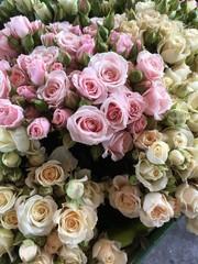 Üppige Rosensträusse in rosa und cremefarben auf Metallfussboden