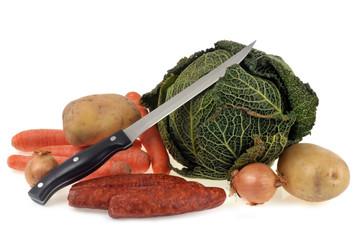 Saucisses fumées, légumes et couteau de cuisine