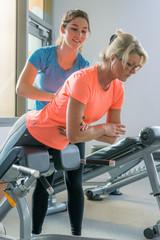 fitnesstraining auf dem bauchtrainer