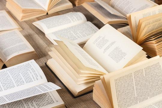 Libros abiertos sobre mesa de madera rústica. Vista superior