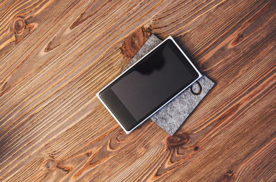 smartfon na drewnianym stole