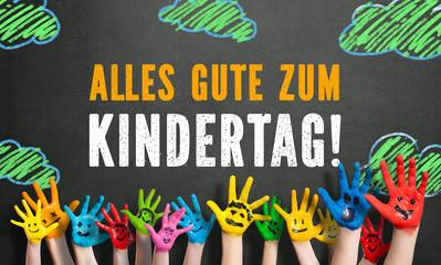 """angemalte Kinderhände vor Kreide-Wolkenhintergrund mit Spruch """"Alles Gute zum Kindertag!"""""""