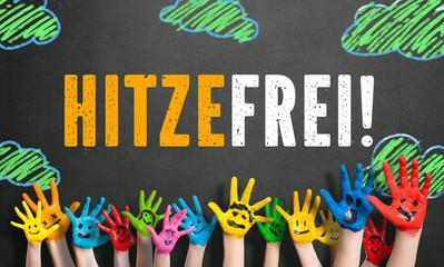 """angemalte Kinderhände vor Kreidetafel mit Nachricht """"Hitzefrei!"""""""
