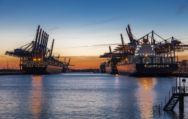 Hamburg Container Port im Licht des Sonnenuntergangs