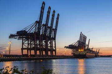 Hamburg Containerhafen im Sonennuntergang
